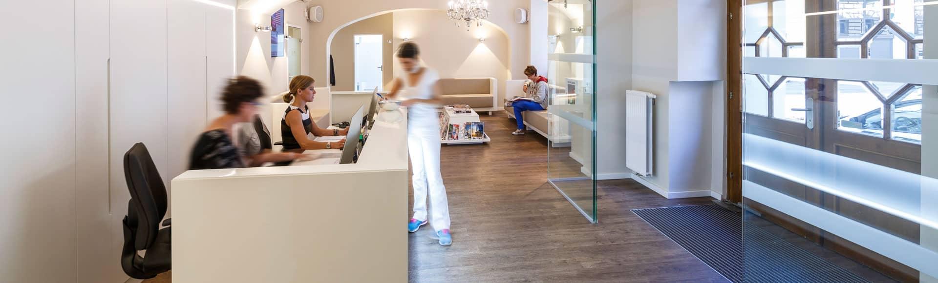 Der Eingangsbereich der Zahnklinik Josefstadt, die Damen am Empfang freuen sich auf Ihren Besuch!